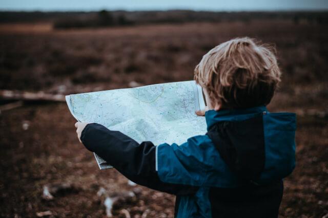 地図を開く子供
