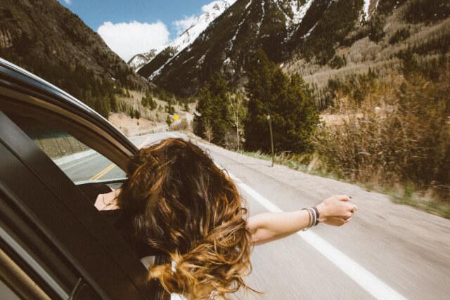 車から顔を出す女性