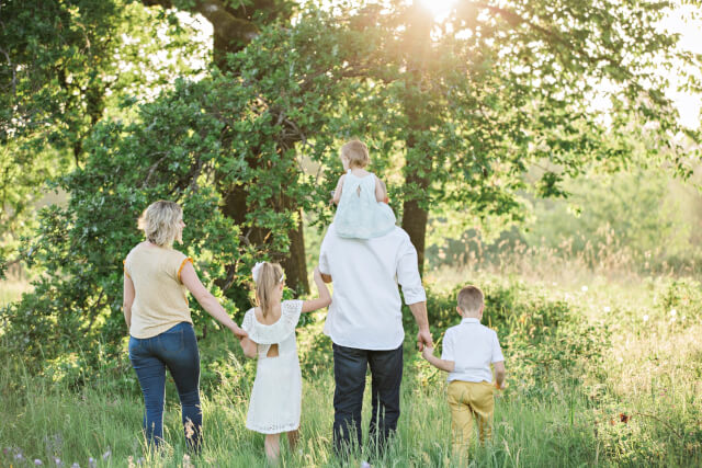 家族が手を繋ぐ写真