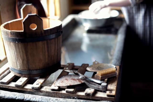茶色の木製バケツ