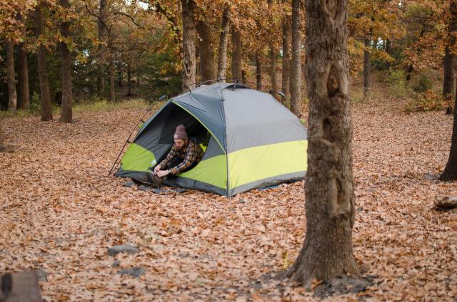 男性とテント