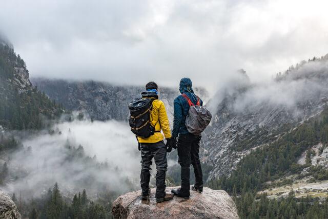 登山する男性2人