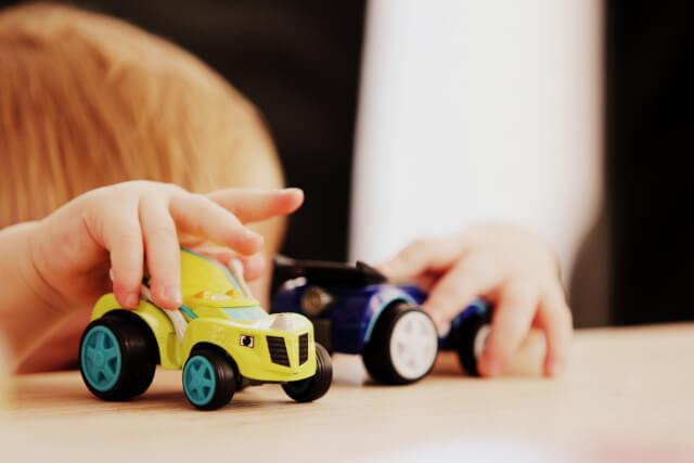 ミニカーで遊ぶ子供