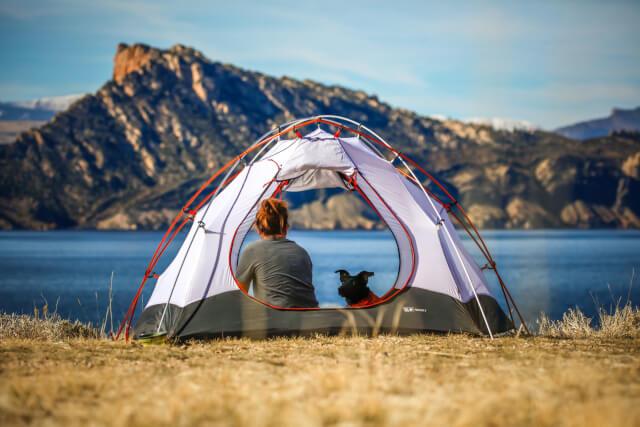 ドームテントと女性